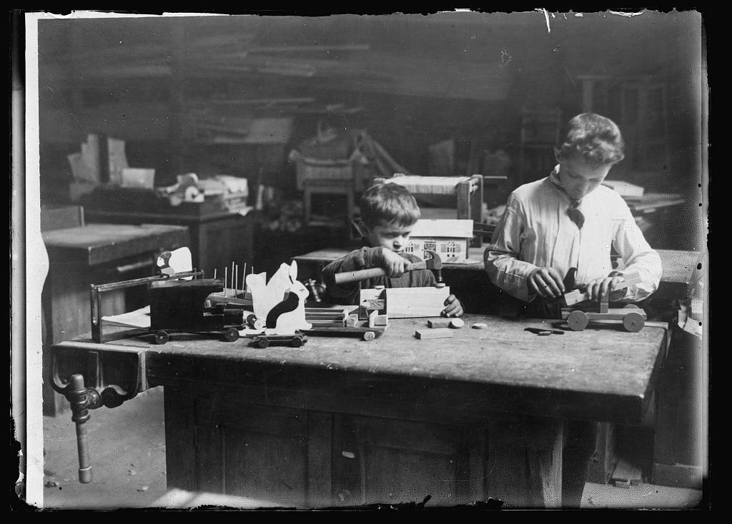 Enfants de la croix rouge qui fabriquent des jouets pour les défavorisés en 1922