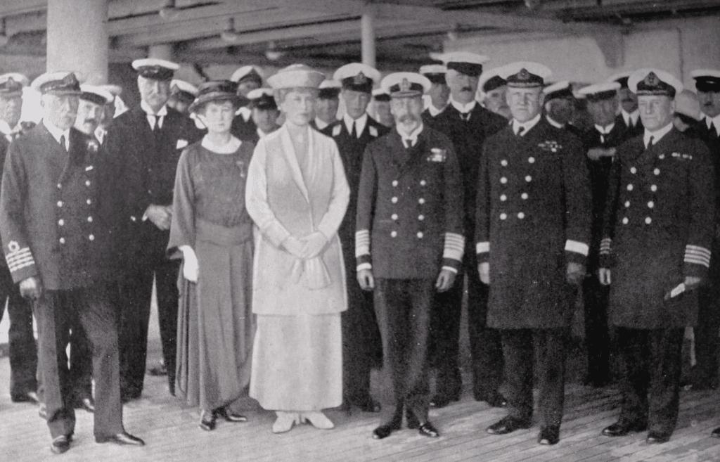 Georges V et Mary à bord du Majestic avec le Commodore Bertram Hayes